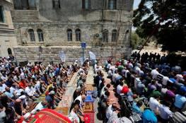 صور: المقدسيون يصلون الظهر امام الاقصى قبل دخوله عصرا