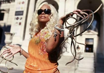 فيديو: صاحبة أطول أظافر في العالم تقرر قصها بعد نحو 30 عاما