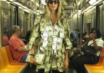 عارضة أزياء ترتدي فستانا من الدولارات