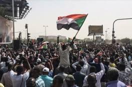 """السودانيين يخرجون في مظاهرات احتجاجاً على """"انحراف مسار الثورة"""" وحرق علم اسرائيل"""