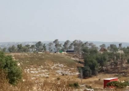 قوات الاحتلال توسع بؤرة استيطانية على أراضي المواطنين غرب يعبد