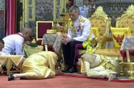 رغم تفشي كورونا ببلاده .. ملك تايلاند ينعزل مع 20 امرأة بألمانيا