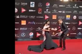 فيديو: الفنانة منى زكي تتعرض لموقف محرج على السجادة الحمراء