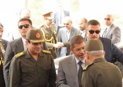 """تفاصيل جديدة قبل عزل مرسي.. """"السيسي سلم سلاحه قبل لقاء الرئيس المعزول"""" (فيديو)"""