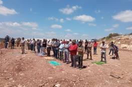 """العشرات يؤدون الصلاة في الجبل """"الوسطاني"""" المهدد بالاستيلاء جنوب طولكرم"""