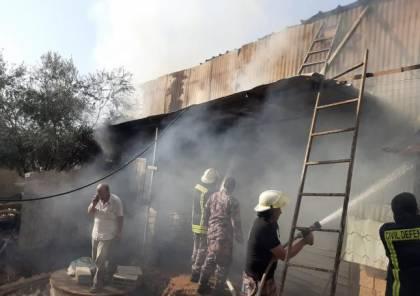 صور.. حريق يأتي على 10 مواشي و500 بالة قش في قرية دير ابوضعيف