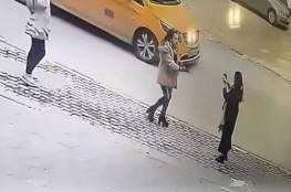 فيديو: القبض على مواطنة اعتدت بألفاظ عنصرية على سيدتين يابانيتين في رام الله