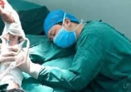 بعد 6 عمليات متتالية.. جراح يغفو ممسكا بيد المريض!