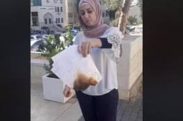 """بالفيديو... """"معلمة مدرسية"""" تحرق شهاداتها أمام وزارة التربية والتعليم"""