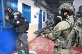 """هيئة الأسرى: توتر في سجن """"عوفر"""" بعد اقتحامه من قبل قوات القمع"""