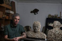 فنان يستخدم العظام والجماجم في أعماله النحتية