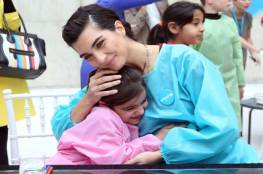 """بالصور: الممثلة التركية """"لميس"""" تقضي يوماً في المتحف مع أطفال سوريا"""