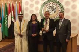 صور.. جامعة الدول العربية تكرم فلسطينيا لجهوده في حماية التراث الفلسطيني