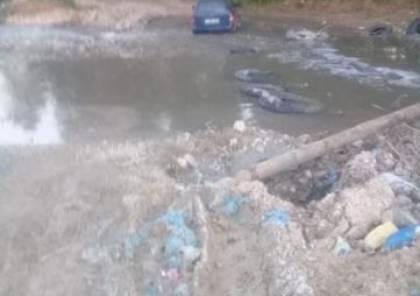 الدفاع المدني يحرر أسرة علقت مركبتهم داخل وادٍ شمال نابلس