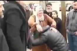 فيديو مؤثر: أسير فلسطيني يرتمي تحت رجلي والدته لحظة لقائها
