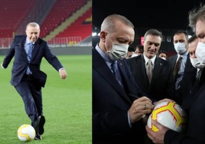 """شاهد.. أردوغان ينفذ ركلة جزاء بـ""""رؤية مسعود أوزيل"""""""