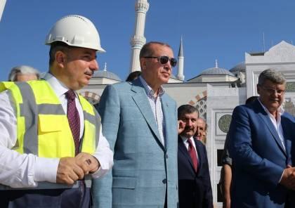 سلاح غير معتاد بيد حرس أردوغان خلال تفقده بناء مسجد (شاهد)