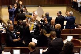 فيديو :القائمة المشتركة تمزق قانون القومية العنصري وتلقيه في وجه نتنياهو
