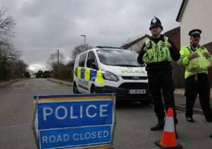 لص يهرب من الشرطة البريطانية بقيادة سيارته على قضبان سكة القطار (فيديو)