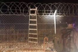 """فيديو: الاحتلال يزعم احباط عملية تسلل لمستوطنة وهروب الشاب تاركا خلفه """"سلم """""""