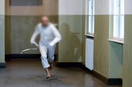 """فيديو.. هروب جماعي لنزلاء من مصحة عقلية وسحبوا الممرضة كـ """"رهينة"""""""