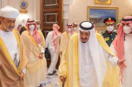 بلومبيرغ: زيارة سلطان عُمان إلى السعودية مؤشر على تبدل تحالفات الرياض