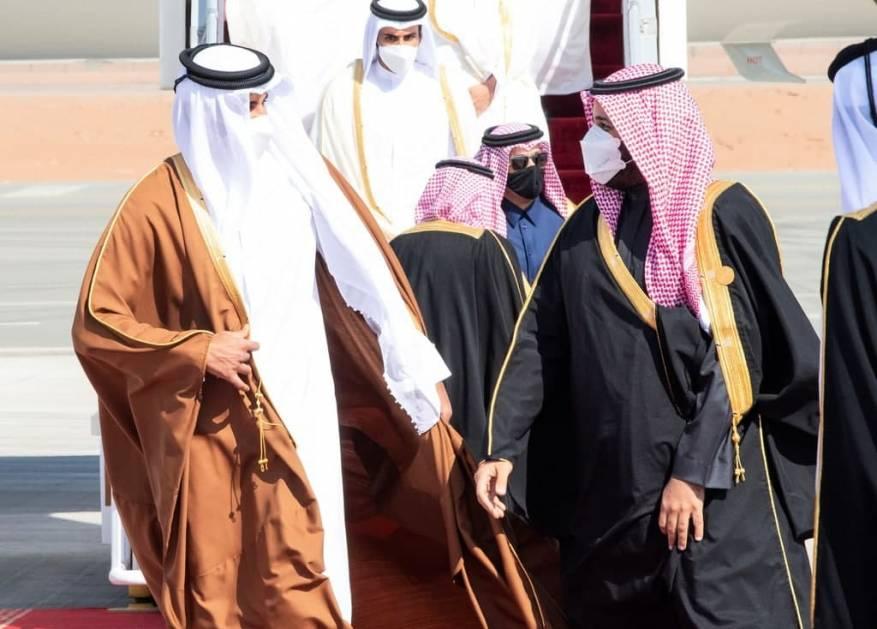 عناق بين أمير قطر وولي العهد