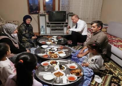 شاهد الصور : أردوغان وزوجته ضيوفا على مائدة إفطار مواطن بسيط