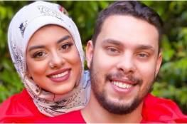 اليوتيوبر أحمد حسن وزوجته في وسط الشارع بعد إحتراق سيارتهما