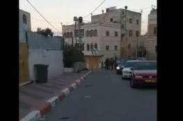 مستوطنون يهاجمون المواطنين في شارع الشهداء وسط الخليل