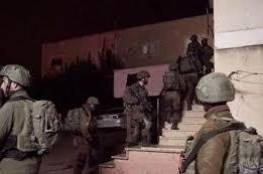 قوات الاحتلال تحتجز عائلة في عزون للضغط عليها لتسليم نجلها