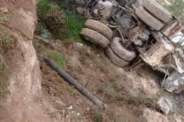 إصابة سائق شاحنة بعد انقلابها شرق بيت لحم