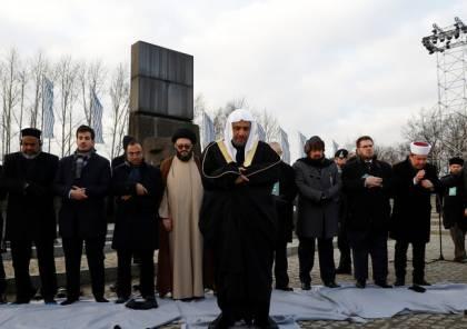 """فيديو.. زيارة تاريخية: وفد سعودي كبير يؤدي الصلاة على أرواح ضحايا """"الهولوكوست"""""""