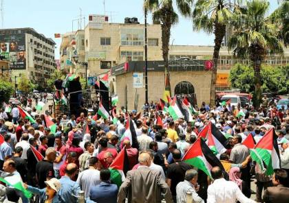 مئات المواطنين يتظاهرون وسط رام الله رفضًا لمخطط الضم