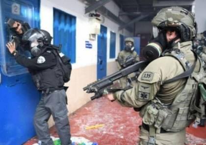 """قوات القمع تقتحم سجن """"عسقلان"""" وتجري عمليات تفتيش وتخريب واسعة"""