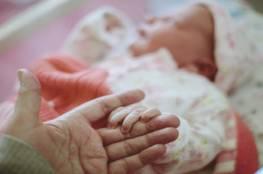 """ولادة طفلة """"معجزة"""" نمت خارج رحم أمها!"""