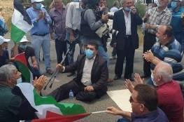 عشرات المصلين يؤدون صلاة الجمعة على الأراضي المهددة بالاستيلاء في بلدة حارس