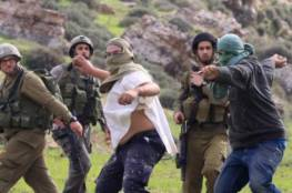 مستوطنون يعتدون على منازل الفلسطينيين قرب نابلس.. الجنود الإسرائيليون يتفرجون