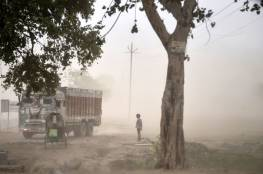 فيديو قاسي : إنقاذ رضيع هندي دُفن حيّا