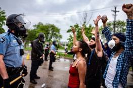 غضب بأمريكا بعد تكبيل الشرطة لإمرأة من أصول افريقية وهي عارية (فيديو)
