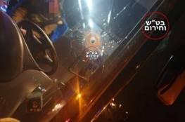 12 رصاصة أصابت السيارة.. شبان يطلقون النار على سيارة مستوطنين غرب رام الله