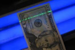 كشف النقود المزيفة باستخدام الهاتف النقال