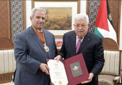 الرئيس يقلد السفير نبيل معروف نجمة الاستحقاق من وسام دولة فلسطين