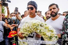 شاهد: الساحر رونالدينيو يضع إكليلا من الزهور على النصب التذكاري لفوج إطفاء مرفأ بيروت