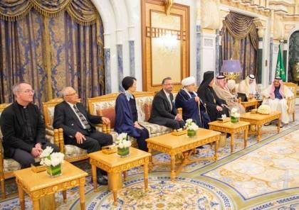 لأول مرة .. حاخام إسرائيلي في قصر العاهل السعودي (صور)