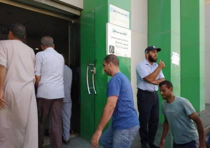صور : بدء صرف المساعدات النقدية القطرية للأسر الفقيرة بغزة