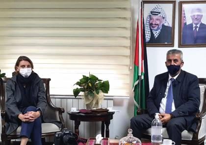 """الصالح يبحث مع مديرة عمليات """"الأونروا"""" تعزيز التعاون لتحسين مستوى الخدمات في المخيمات"""
