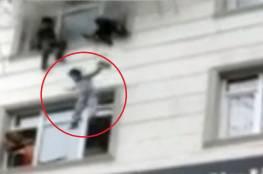 مشهد يحبس الأنفاس..أم تركية ترمي أطفالها من الطابق الرابع وتنقذهم من حريق أتى على شقتها