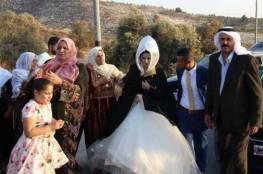 شاهد الصور.. يحدث في فلسطين: مراسم الزفاف من تحت بوابة الحاجز