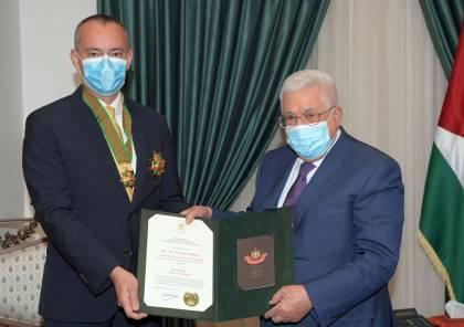 """الرئيس يستقبل ميلادينوف لمناسبة انتهاء مهامه ويمنحه """"النجمة الكبرى"""" من وسام القدس"""